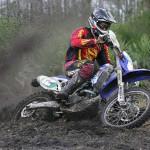 кроссовый мотоцикл на пересеченной местности
